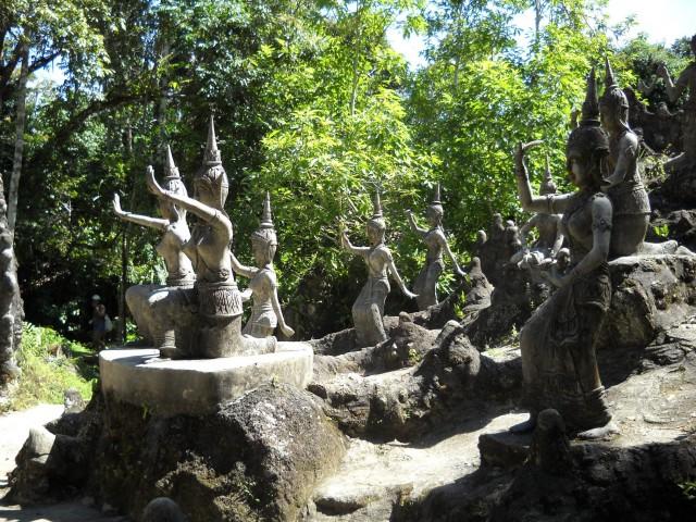 Скульптуры в волшебном саду