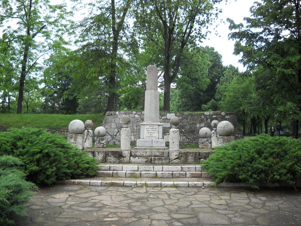 Памятник Милану Обреновичу