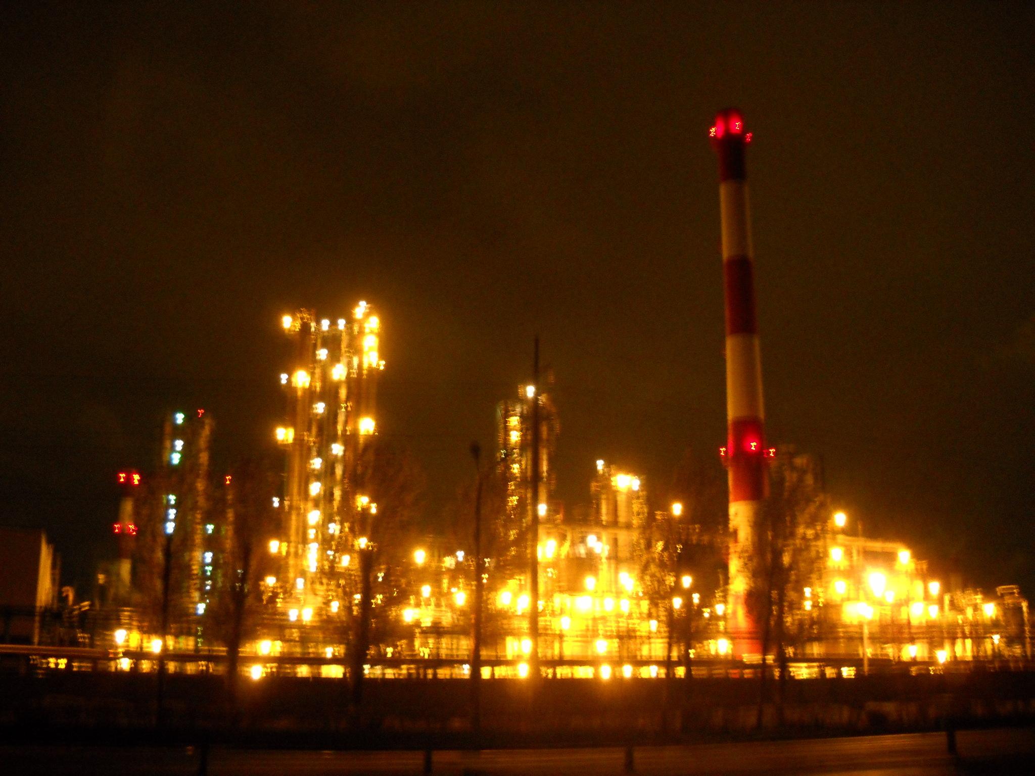 Завод в ночи