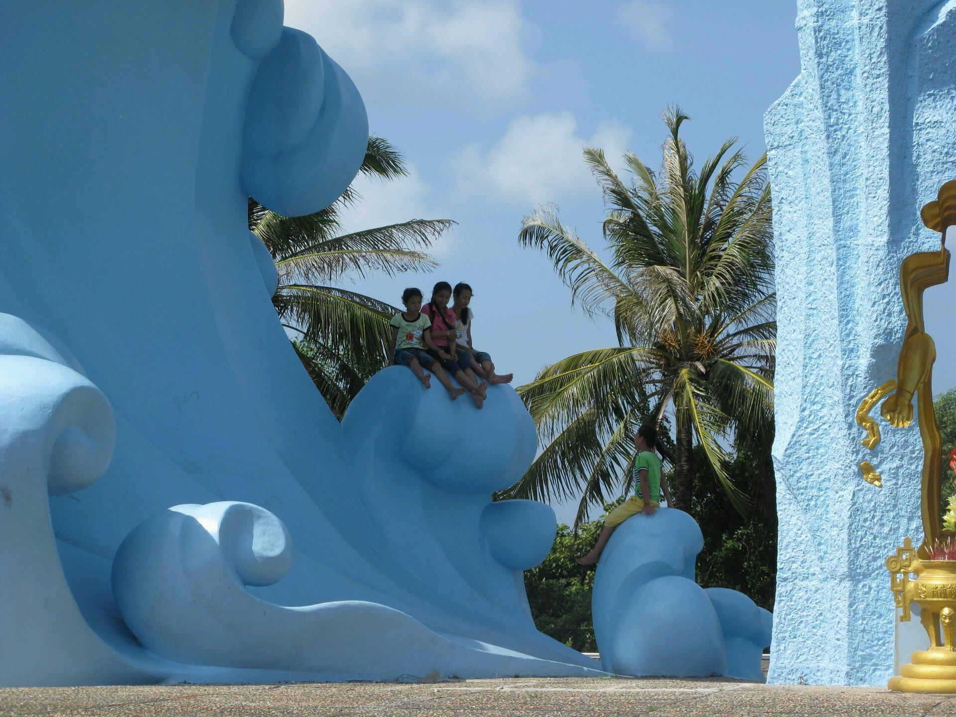 Дети на монументе